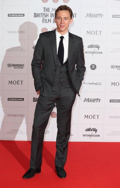 Tom-Hiddleston-posed-red-carpet